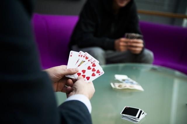 To ungdommer som spiller kort.