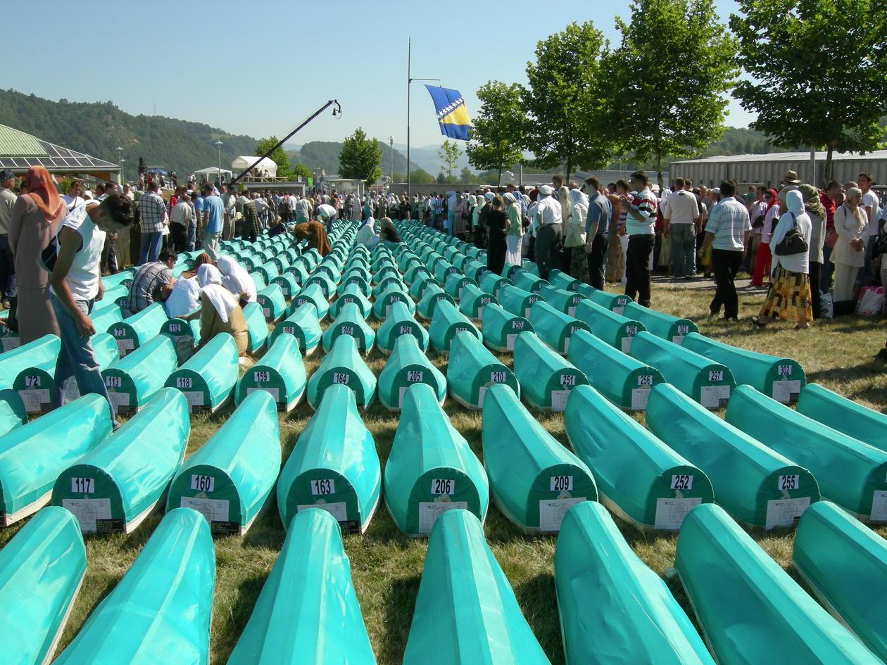 Den 11 juli samler deg seg tusenvis av mennesker på Potocari sletten ved Srebrenica