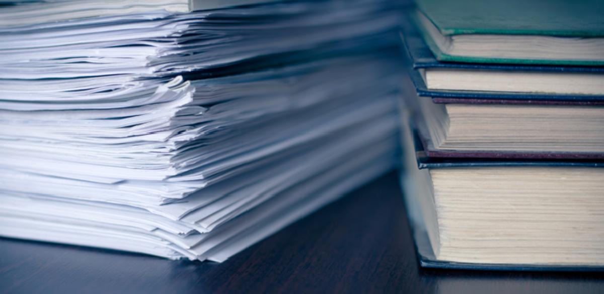 Stabel med bøker og papirer (artikler)