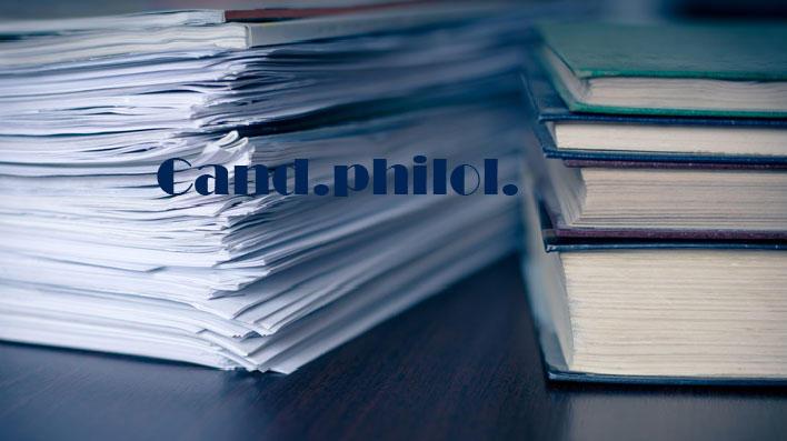 Stabel med bøker og magasiner med teksten Cand.philol. skrevet over