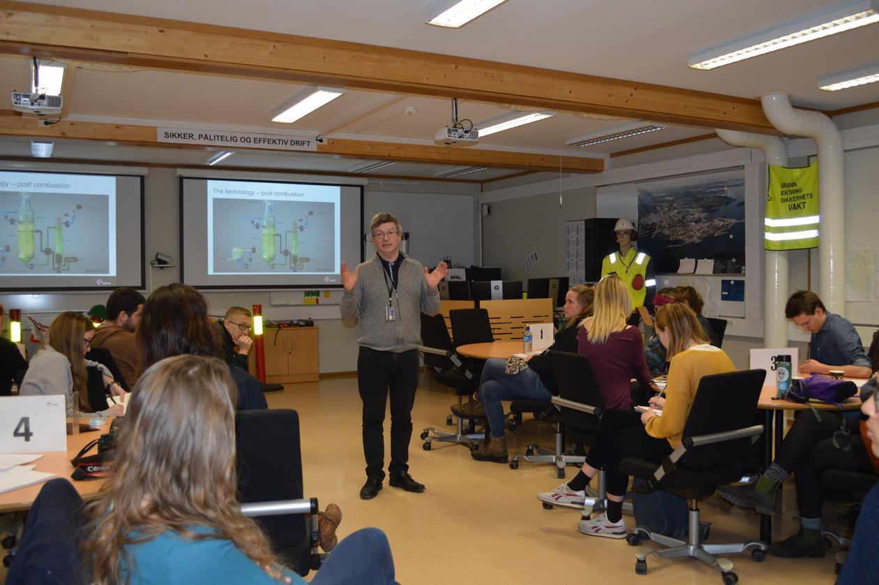 Jon Halstein Tjore fra Statoil forteller om driften på Mongstad