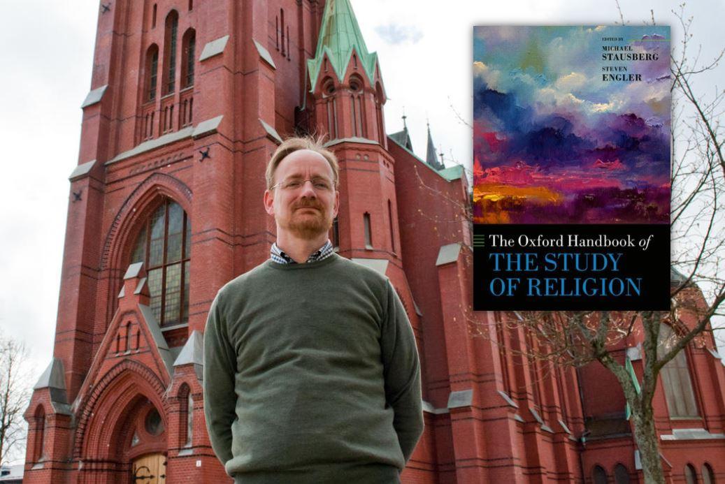 Professor Michael Stausberg utenfor Johanneskirken i Bergen. Innfelt: omslaget til The Oxford Handbook of the Study of Religion.