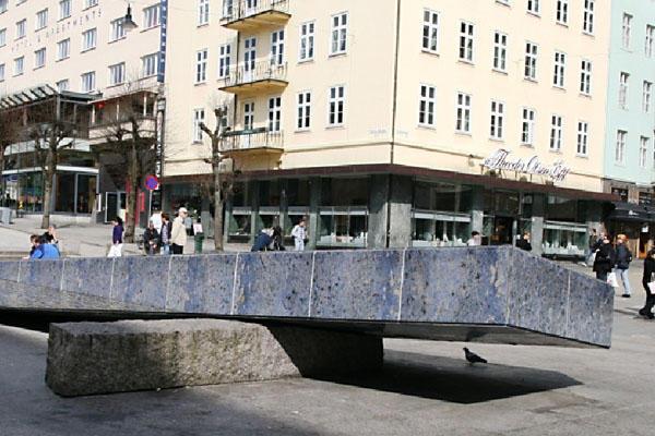 Den blå steinen på Olav V`s plass i Bergen