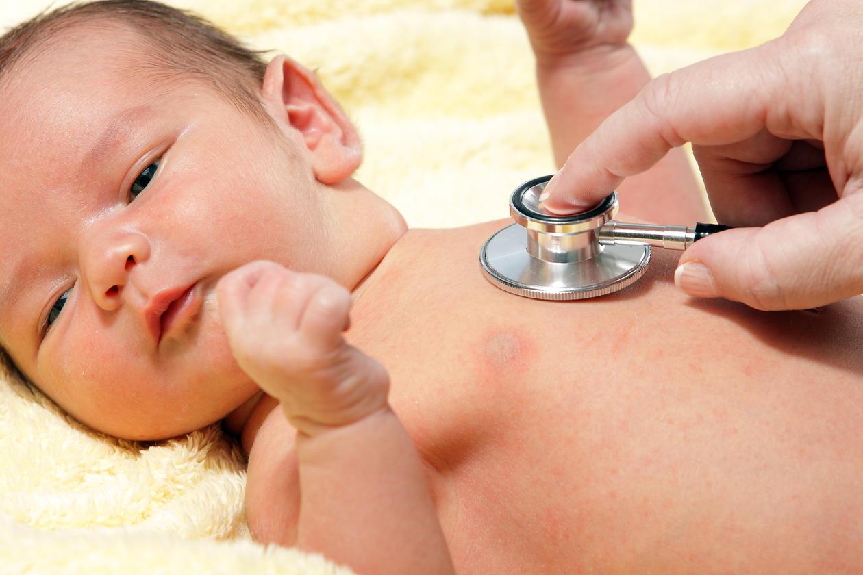 stetoskopi av nyfødt baby