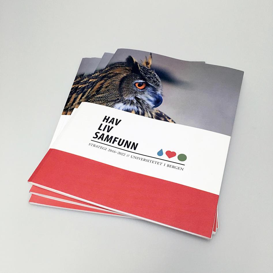 illustrasjonsfoto ev tre utgaver av strategidokumentet for UiB