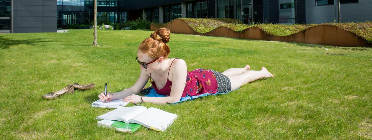 Student i solen på Marineholmen