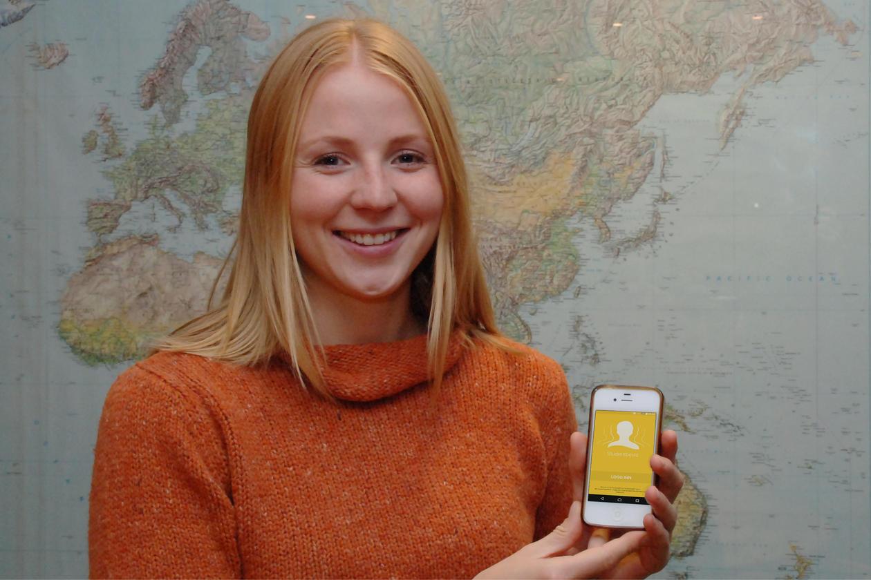 Kvinnelig student viser frem studentbevisapp