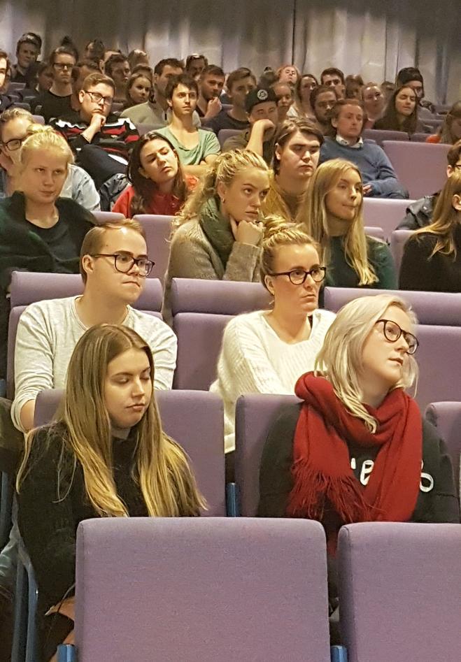 Godt oppmøte av studenter i auditoriet i U Pihls hus