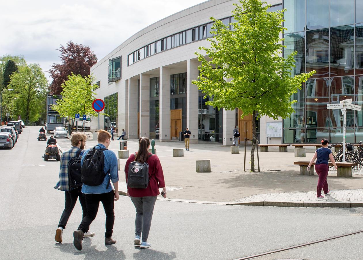 Studenter på vei mot Studentsenteret