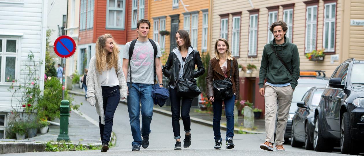 Nye studenter går og prater mellom gamle hus på Nygårdshøyden
