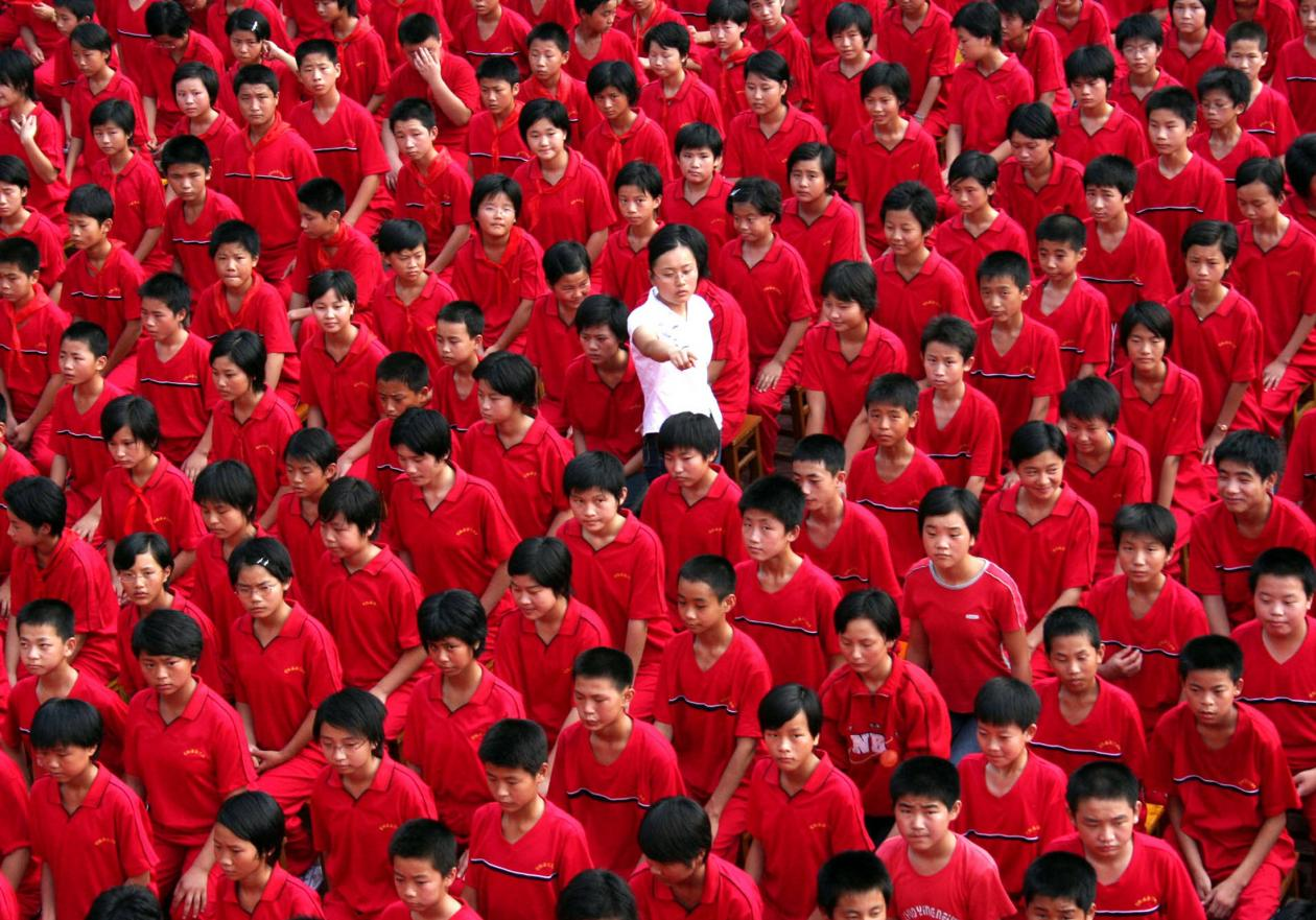 Photo of a teacher walking amongst students in a school in Xuyi County, used as part of an article on Chinese-Norwegian relations in the UiB Magazine.