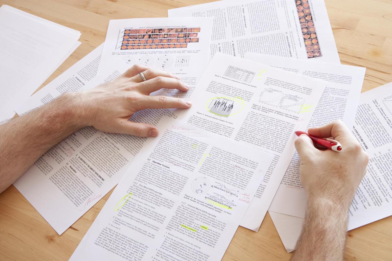Person leser artikler og tar notater