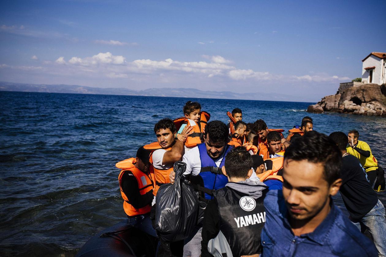 Båtflyktninger stiger i land på den greske øyen Lesbos i oktober 2015.