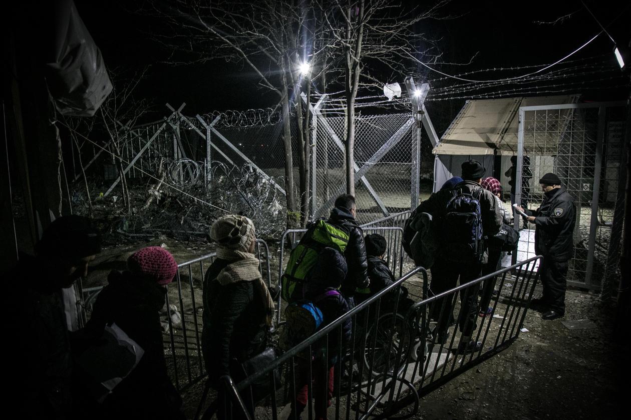 Flyktninger venter ved en grensepassering mellom Makedonia og Hellas i februar 2016.