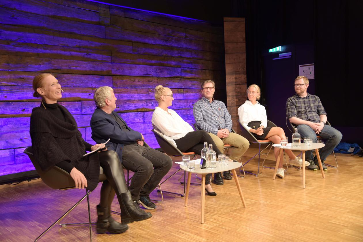 PANEL OF EXPERTS: From left: Marion Solheim (moderator), Trygve Hausken, Anna Bistrup, Torgeir Storaas, Hanna Fjeldheim Dale and Rune Mentzoni utgjorde ekspertpanelet under foredraget Tåler det ikke! på Litteraturhuset 8. august.