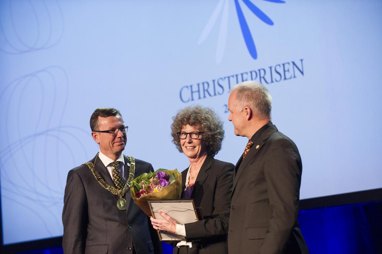 Kristin Helle-Valle mottar prisen under Christiekonferansen