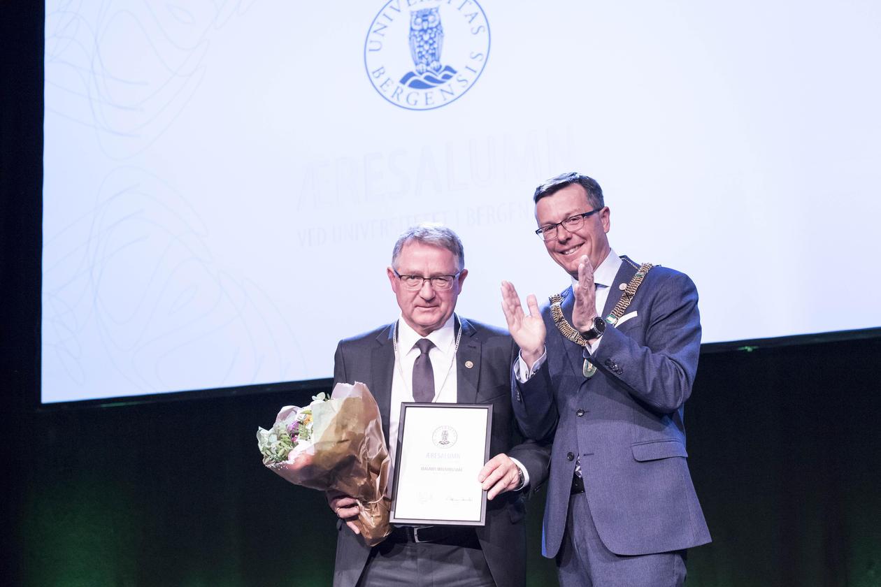 Magnus Matningsdal tek imot prisen som Årets Æresalumn 2017