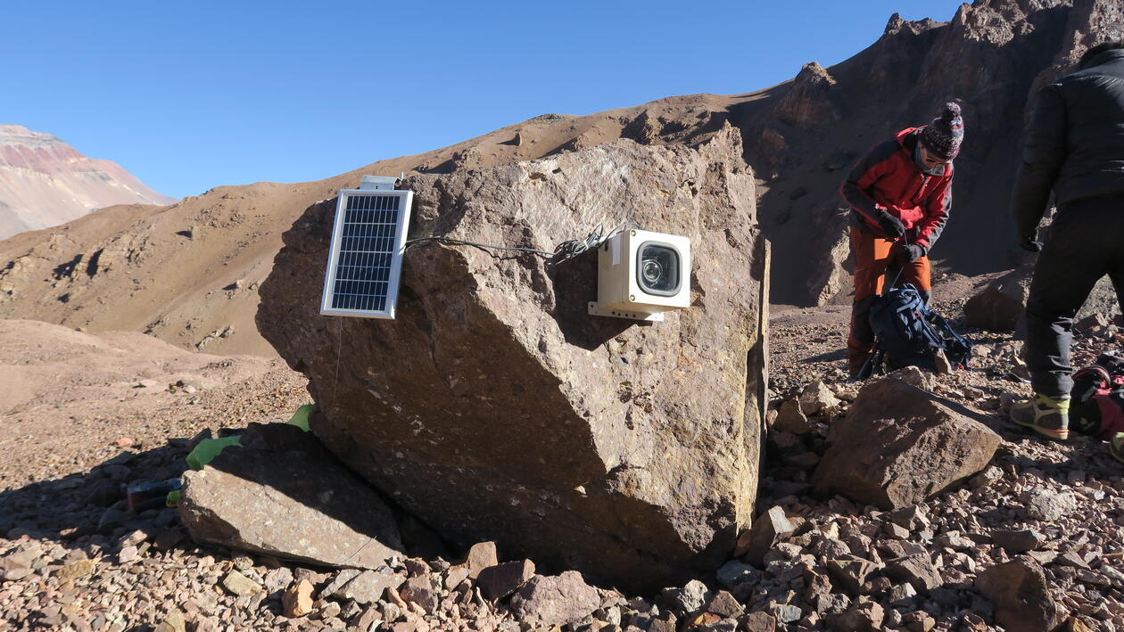 Installation of a timelapse camera to monitor supraglacial lake levels