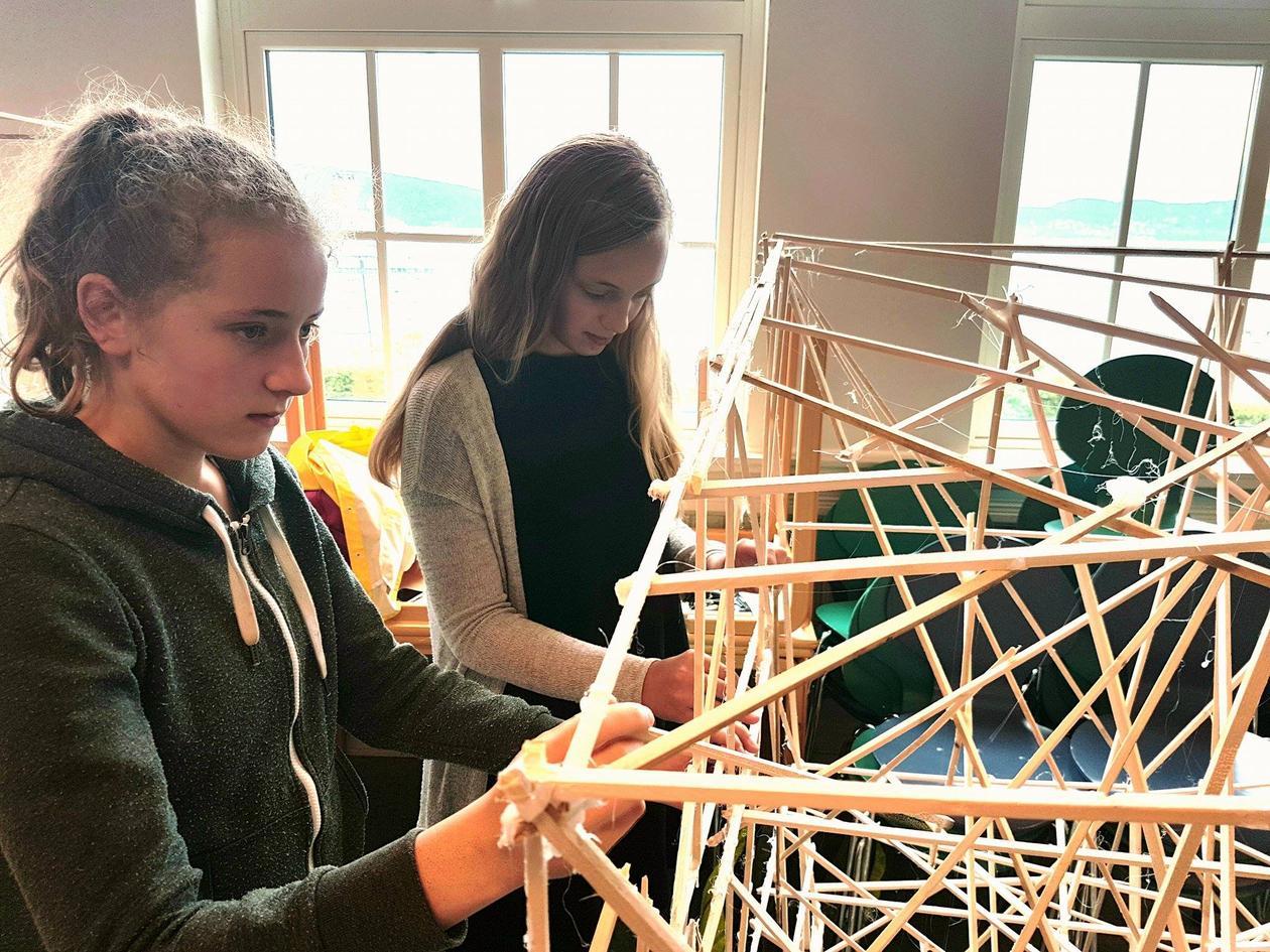 To jenter arbeider med broprosjekt ved rothaugen skole