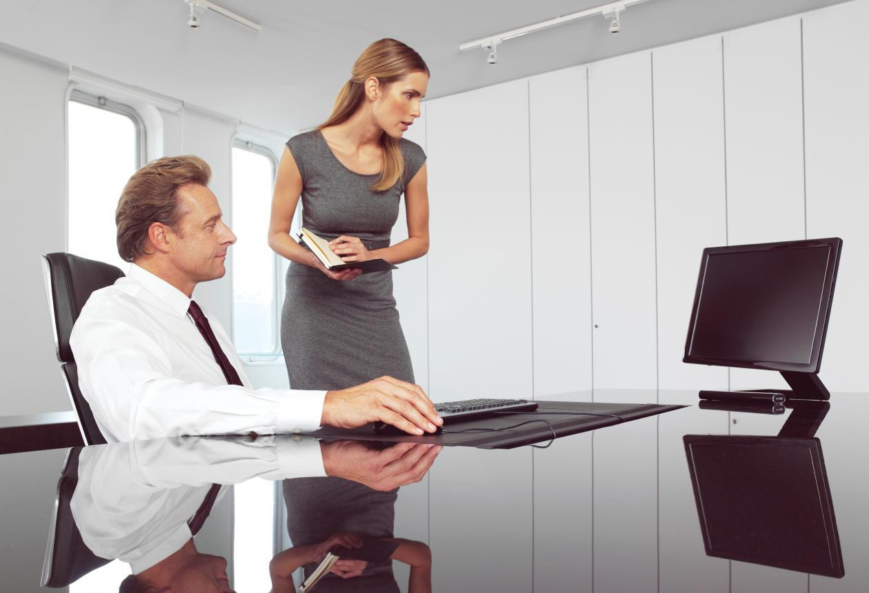 Photo showing two managers surfing the internet, used to illustrate an article on use of private social media at work.