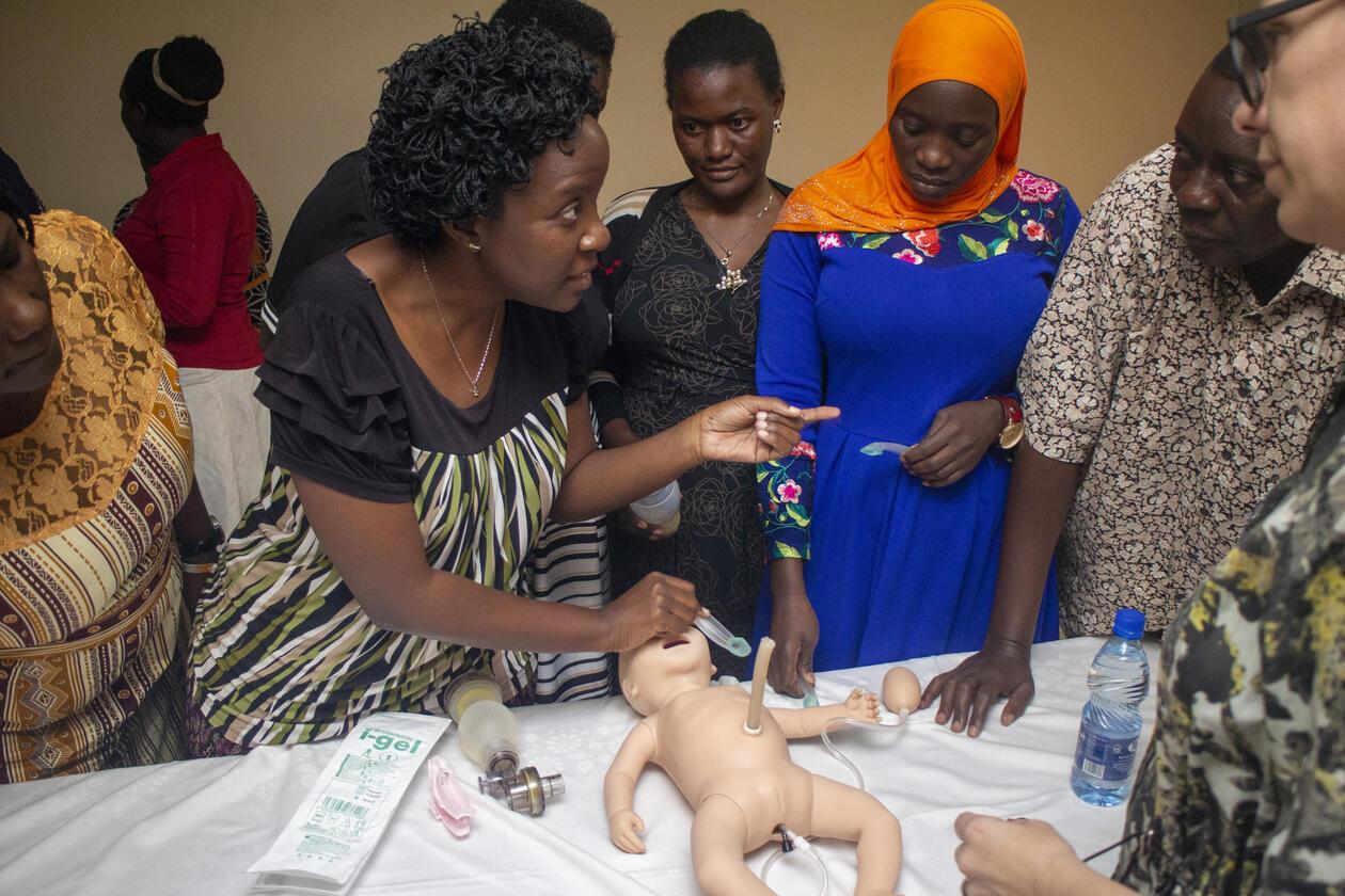 en kvinne trener opp andre kvinner i bruken av larynksmaske. På benken ligger en dukke.
