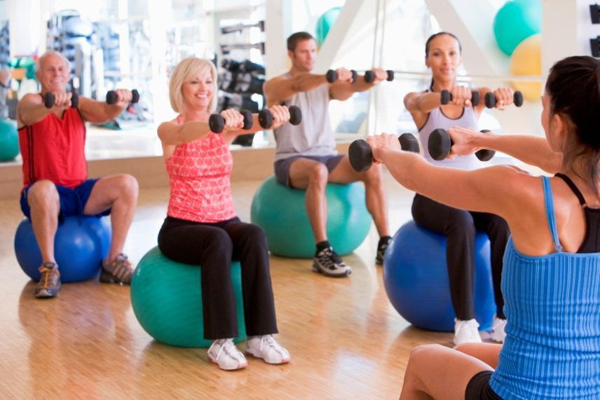 Bildet viser mennesker som trener.