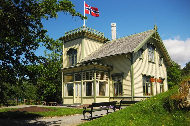 Picture of E griegs villa at trolhaugen, bergen. Norwegian flag on top.