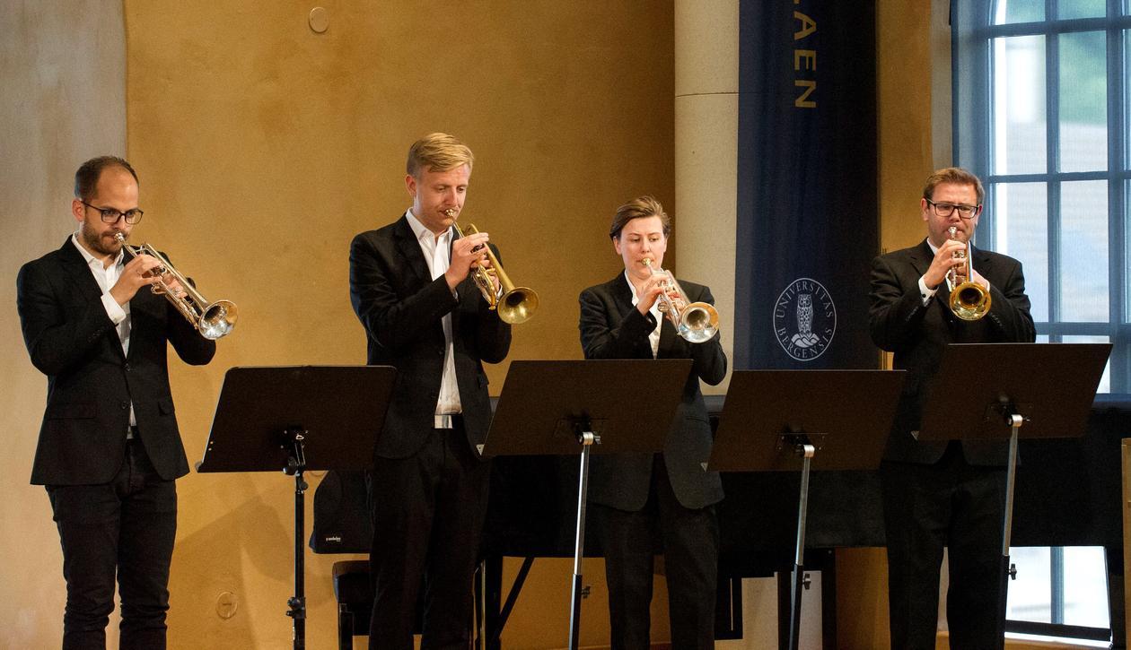 Fire trompetister spiller på scenen i aulaen