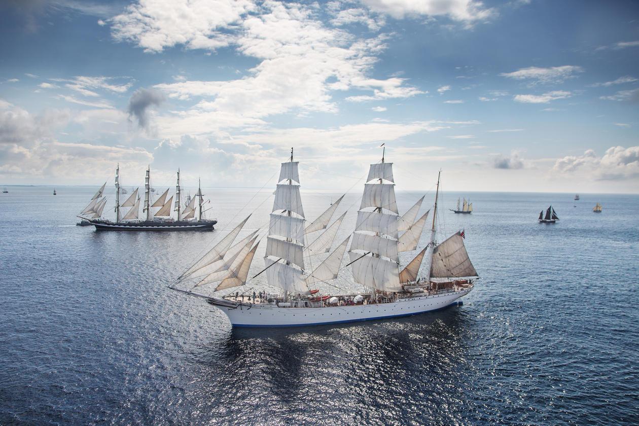 Statsraad Lehmkuhl sammen med flere skip i åpent hav
