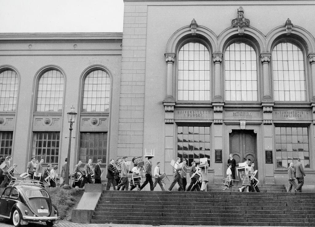 Studenter på vei til det nye Universitetsbiblioteket