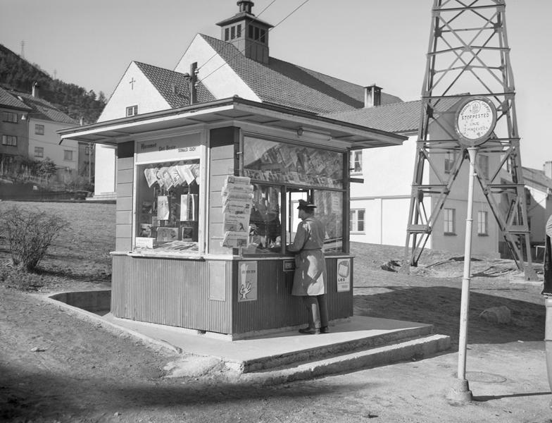 Vindusutstilling i Nygårdsgaten 5 med bilder av aviskioser