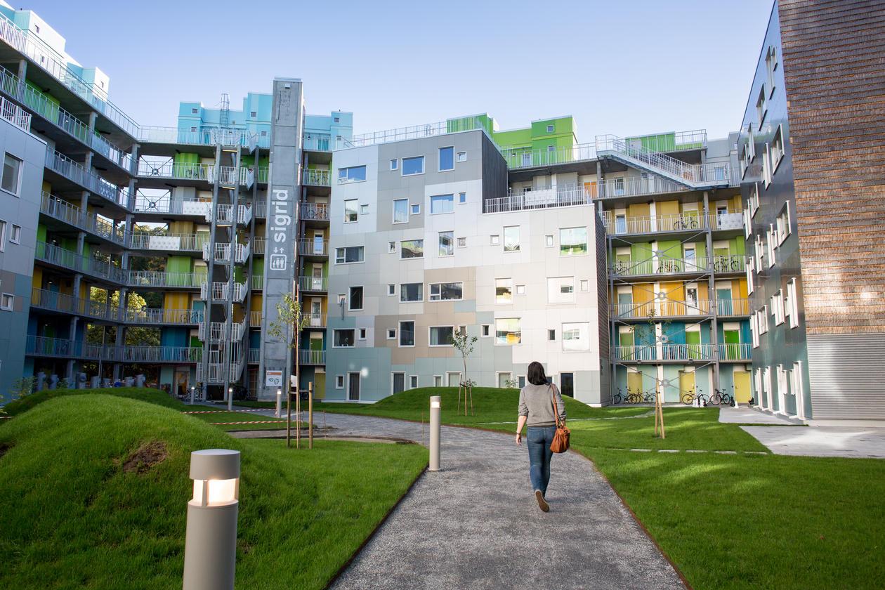 A student walking up to Grønneviksøren student accommodation