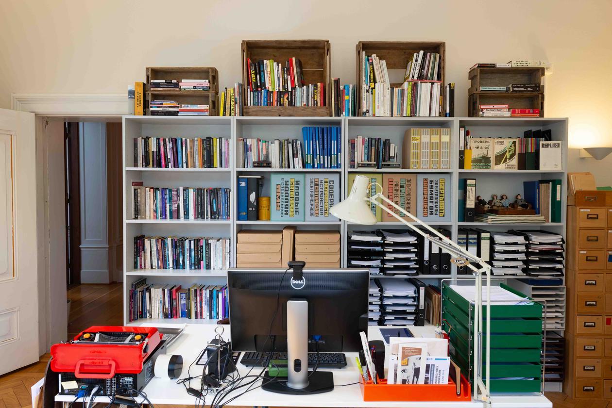 Kontor med mange bøker
