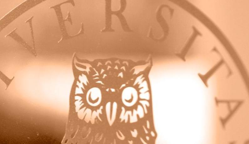 UiB logo på glass med ugle
