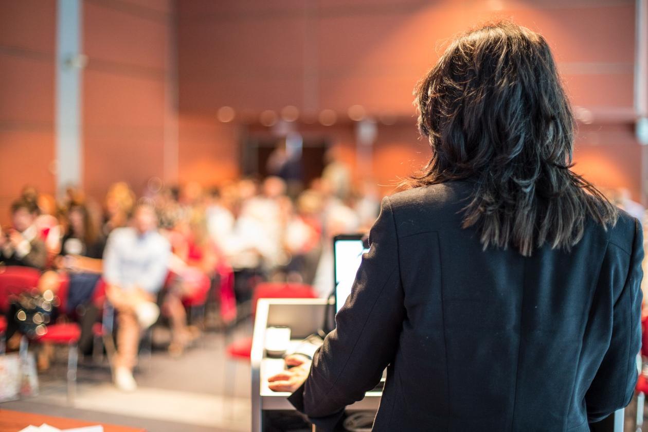 Kvinnelig professor underviser i et auditorium