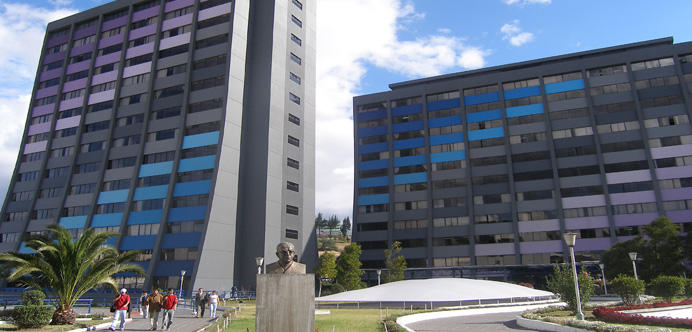 Viser bilde av bygninger på campus i Quito