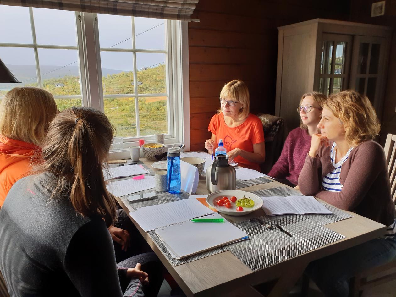 DISKUSJON RUNDT BORDET: Fra venstre: Hanne Rosendahl-Riise, Anthea Van Parys, Randi Tangvik, Marte Trollebø og Gülen Arslan Lied diskuterte ernæringsfaglige spørsmål på U-heimen.