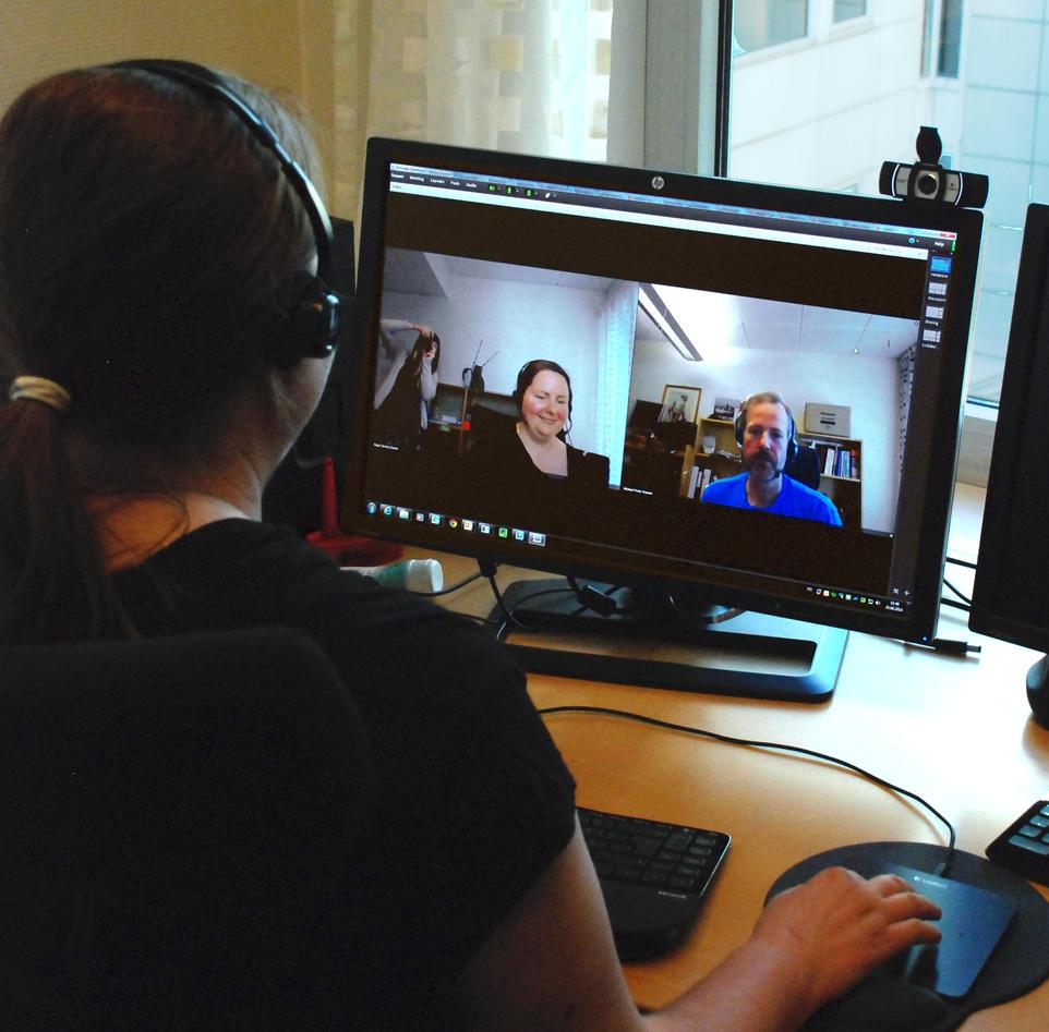 Bilde viser kvinne som deltar på nettmøte på et kontor
