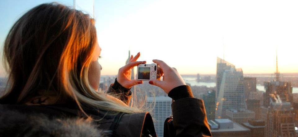 En utvekslingsstudent tar bilde ut over en storby