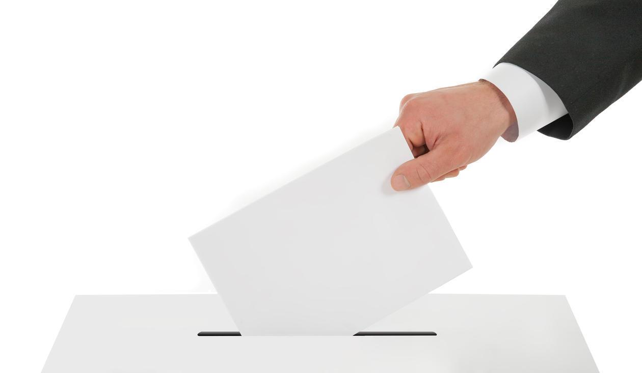 Stemmeseddel som puttes i en valgurne