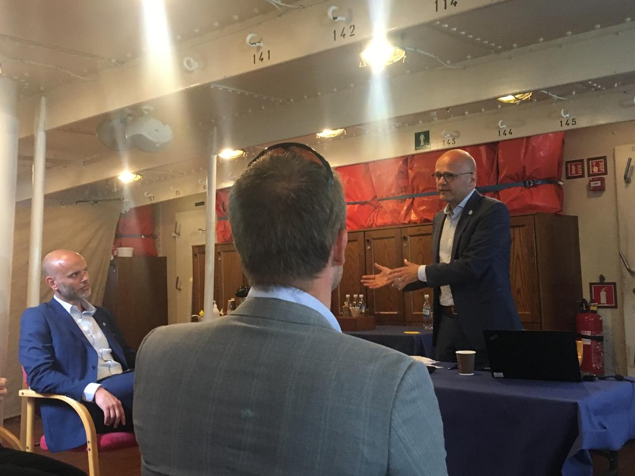 Norges spesialutsending for havet Vidar Helgesen (til høyre) snakker om bord på seilskuten Statsraad Lehmkuhl på verdens halvdag – 8. juni 2020.