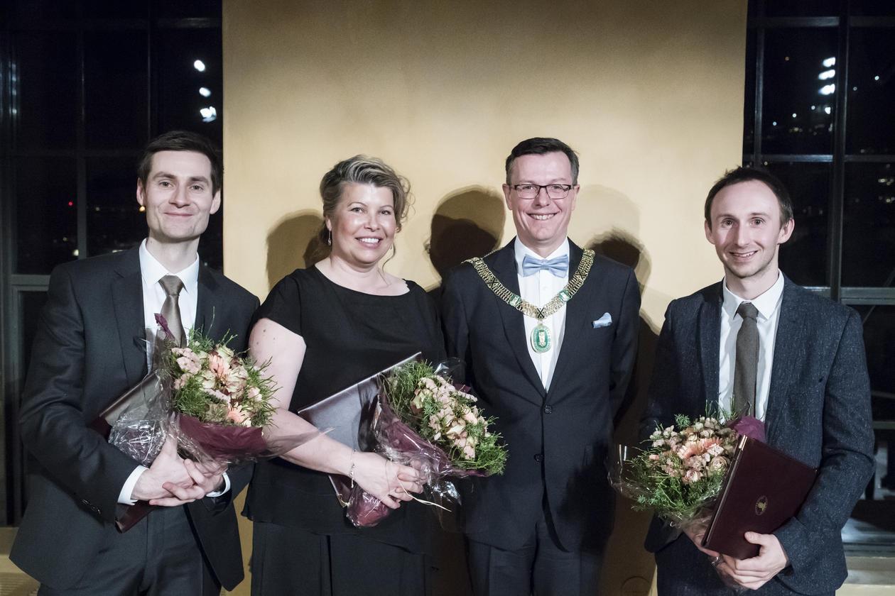 Forskarane Ole Hjortland, Kikki Kleiven og Alistair Seddon saman med UiB-rektor Dag Rune Olsen under utdelinga.