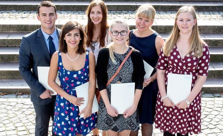 Studenter ved Det samfunnsvitenskapelige fakultet med vitnemål etter bestått eksamen.