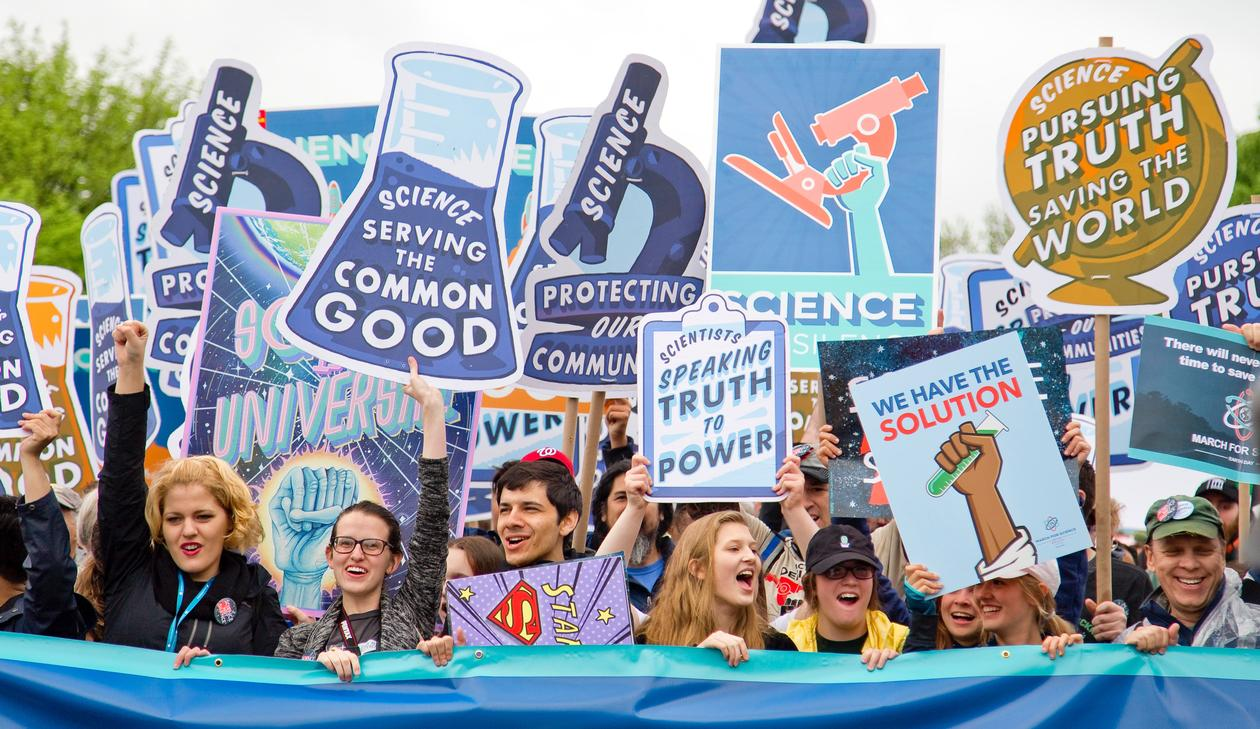 thousands marched on Washington DC to fight for science funding and scientific analysis in politics