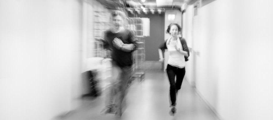 to personer som løper i en korridor