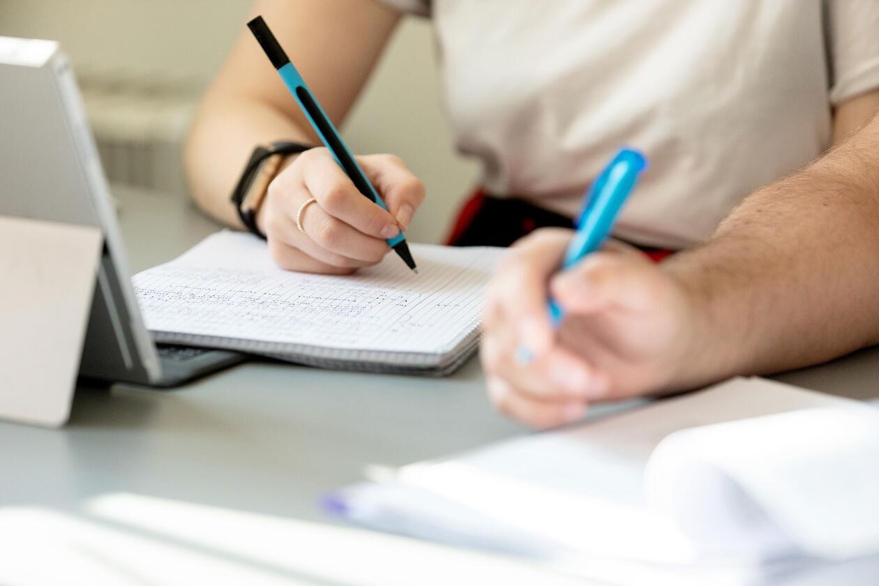 Illustrasjon studenter som skriver notater