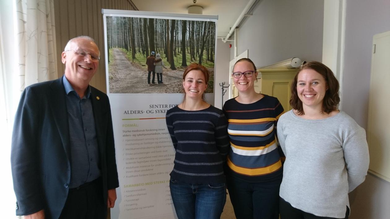 Tre gjester fra Nederland og SEFAS egen stipendiat foran banneret til SEFAS ved UiB.