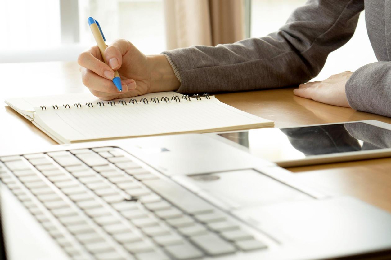 Illustrasjonsbilde av noen som skriver oppgave