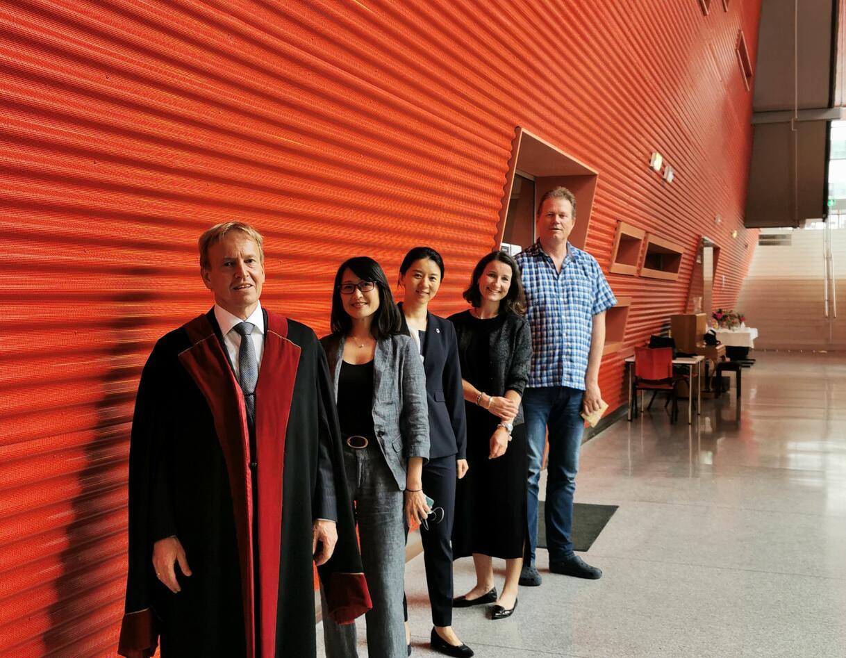 Fra venstre: Cusstos Asgeir Bårdsen, veileder Xieqi Shi, ny PhD Xin Feng, komiteleder Malin V. Jonsson, veileder Stein Atle Lie