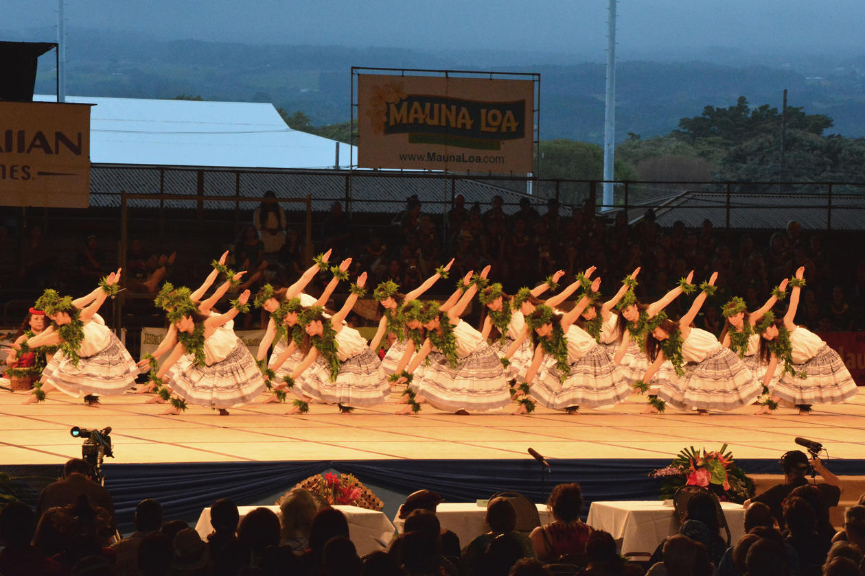 Huladanserar på scena under fra the Merrie Monarch Festival's Ho'ike Night i 2014